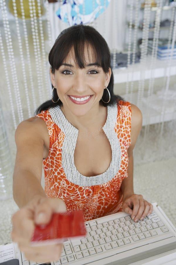 Verkäuferin Handing Credit Card zurück zu Kunden stockbilder
