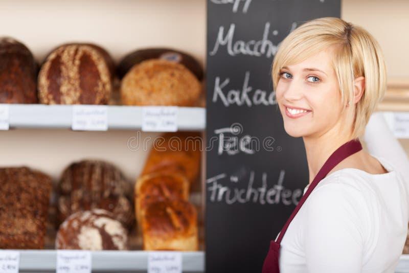 Verkäuferinschreibensangebote auf Tafel lizenzfreie stockfotos