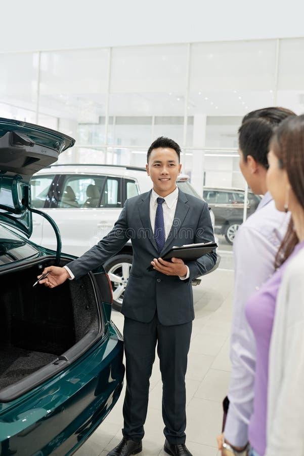 Verkäufervertretungsautokofferraum lizenzfreie stockbilder