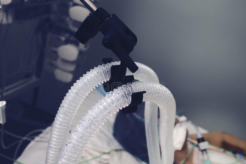 Verkürzter Dampf auf dem geduldigen Atemschlauch lizenzfreie stockbilder