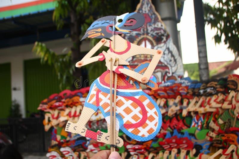 Verk?ufer Wayang Kulit auf den Stra?en, bei der Ausstellung ihrer Verkaufsprodukte in Tegal/in Jawa Tengah, Indonesien, stockfoto