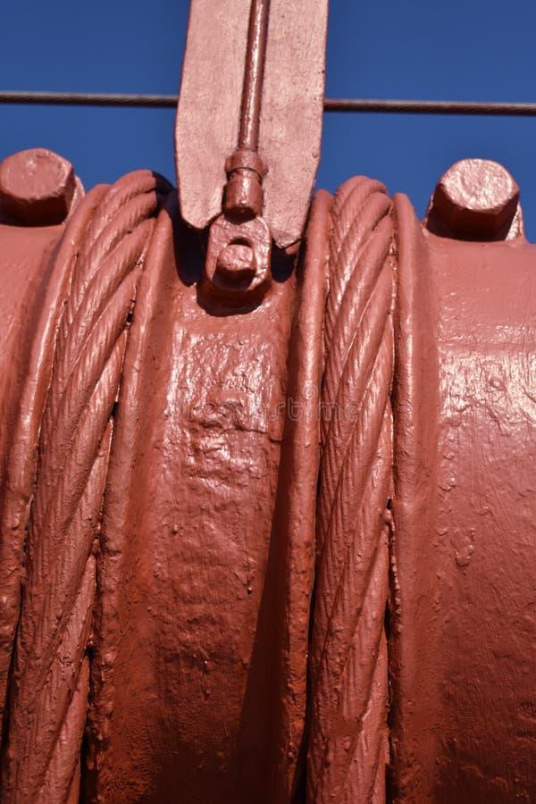 Verkabeln Sie die Bänder und vertikale Suspendierungsseile, die benutzt werden, um das Zugseil auf dem Golden gate bridge, 2 inst stockbild