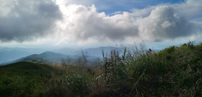 ?verkant av det Doi Suan Ya Luang berglandskapet med den h?rliga solnedg?ngen, nord av Thailand - bild royaltyfri fotografi