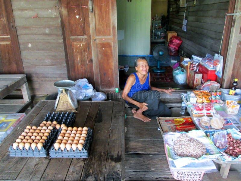 Verkauf der alten Frau ärgert an Markt Khlong Luang Phaeng stockfotografie