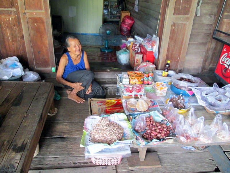Verkauf der alten Frau ärgert an Markt Khlong Luang Phaeng lizenzfreie stockfotografie