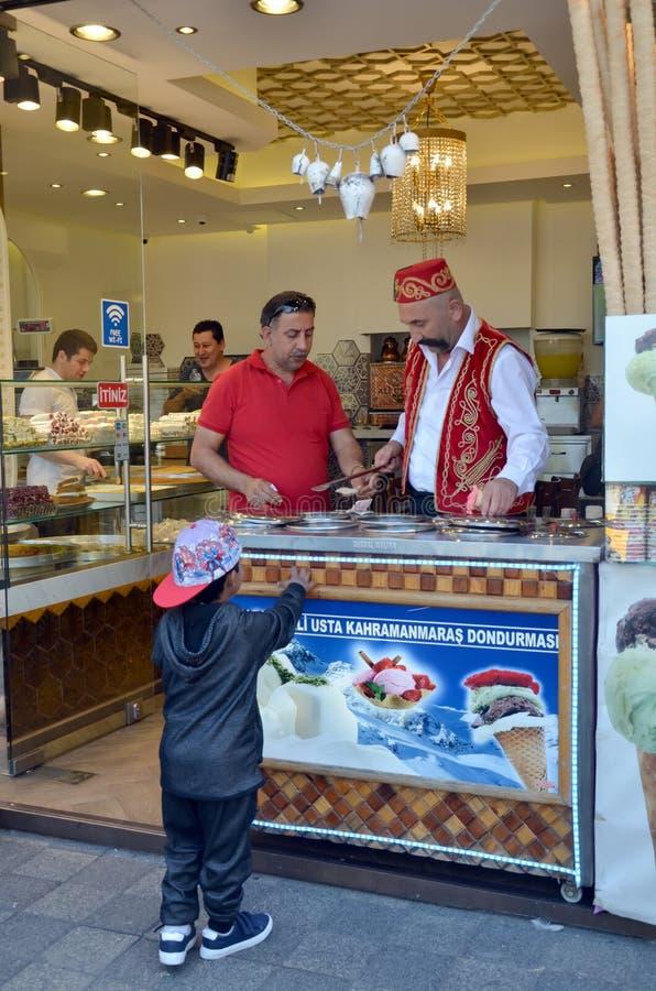 Verkauf der Eiscreme in Istanbul lizenzfreie stockbilder