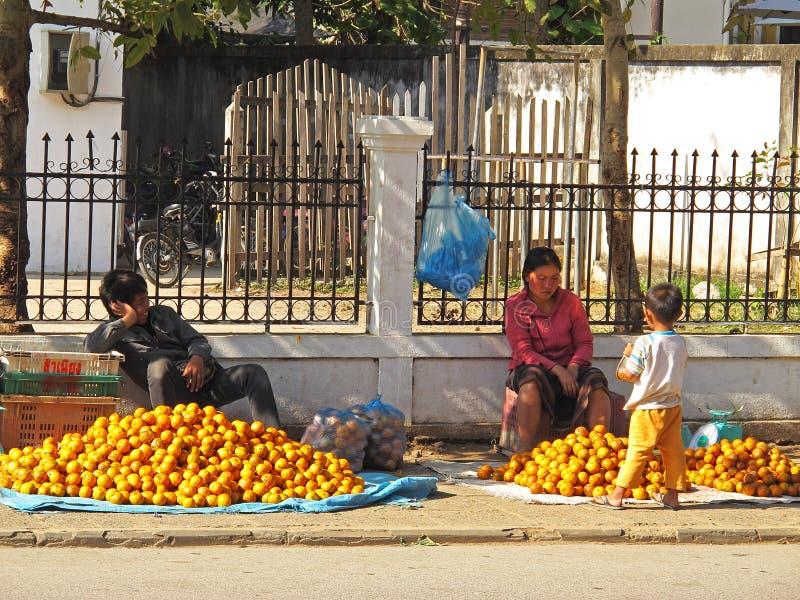 Verkauf der Mandarinen stockbild