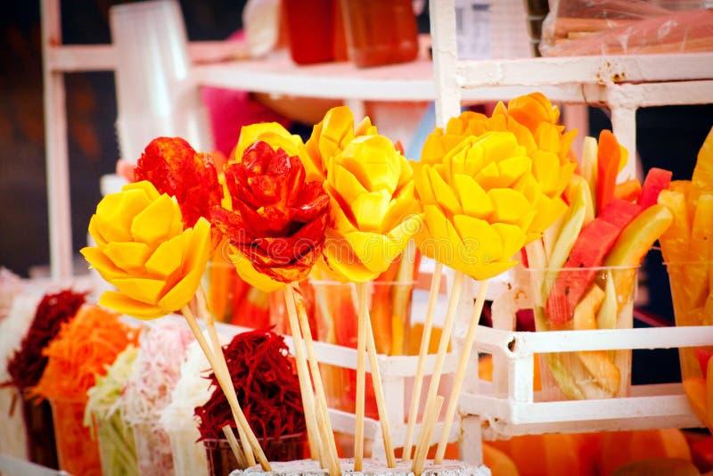 Verkauf der typischen mexikanischen Frucht bei Xochimilco, Mexiko lizenzfreie stockfotos