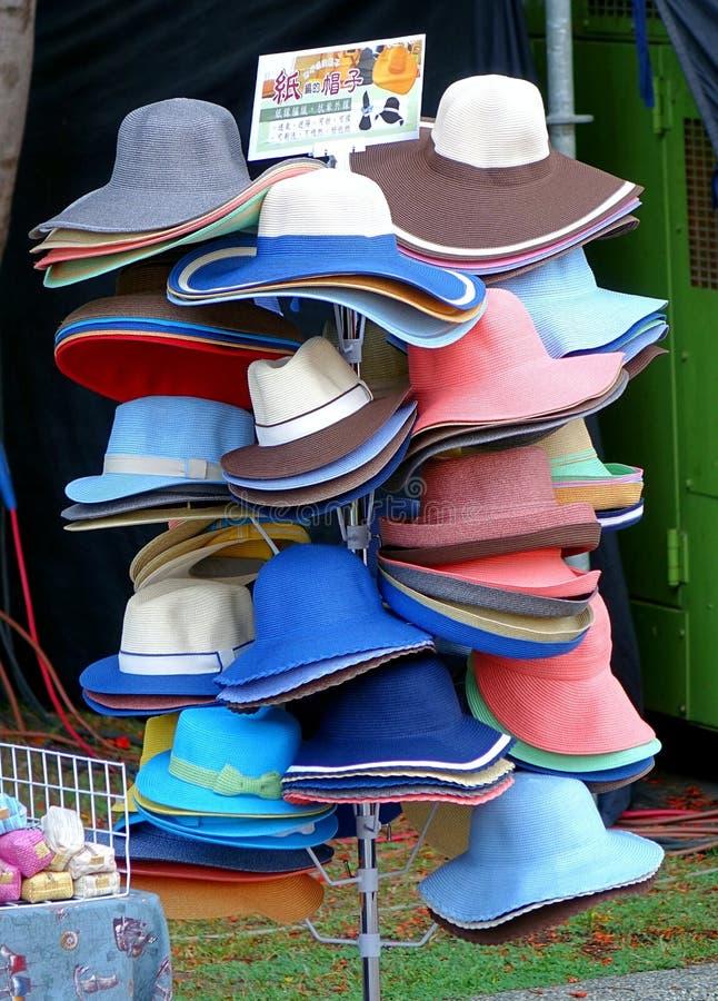 Verkauf die Hüte hergestellt vom Papier stockbild