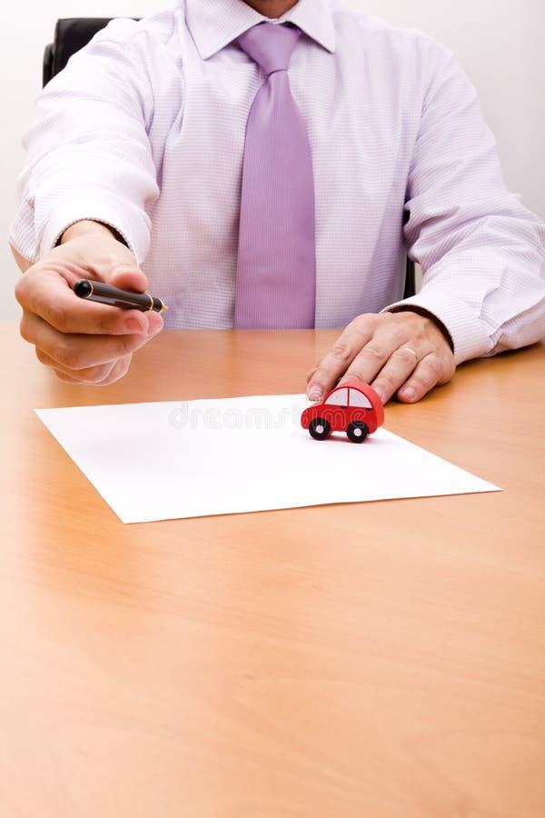Verkauf eines neuen Autos lizenzfreie stockfotografie