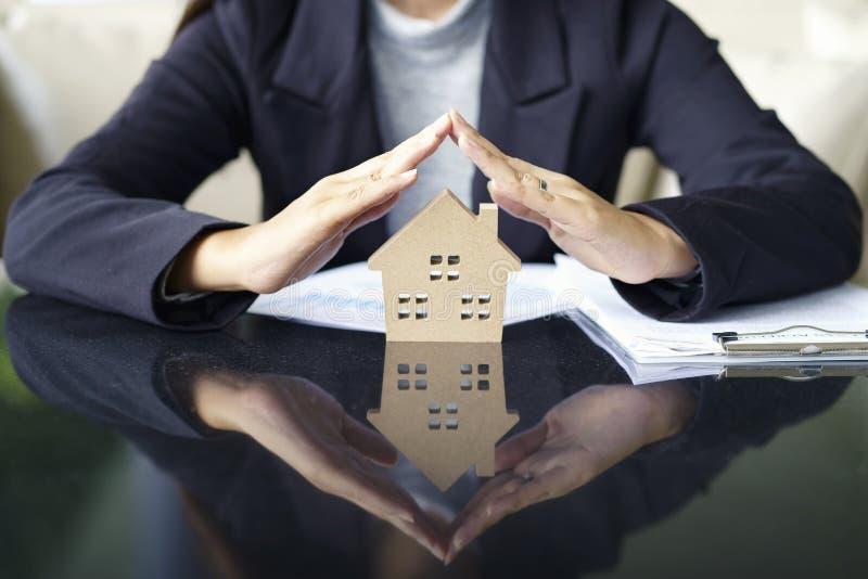 Verkauf stellen neues Haus des Immobilienagenturangebots, Dokumentendarlehen dar lizenzfreie stockfotografie
