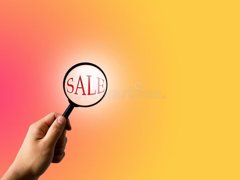 Verkauf und Vergrößerungsglas auf modernem Farbsteigungshintergrund, Geschäftsverkaufskonzept lizenzfreies stockfoto