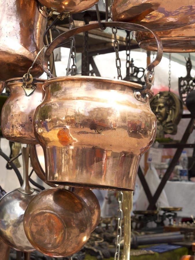 Verkauf von antiken kupfernen Küchengeräten lizenzfreie stockfotografie