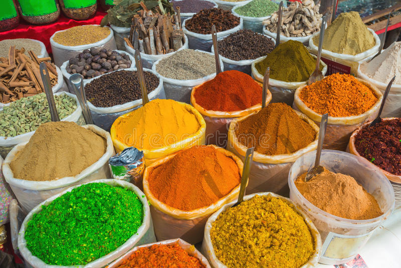 Verkauf von Gewürzen in den Märkten von Indien stockfoto