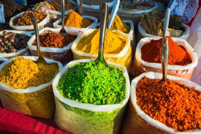 Verkauf von Gewürzen in den Märkten von Indien lizenzfreie stockfotos
