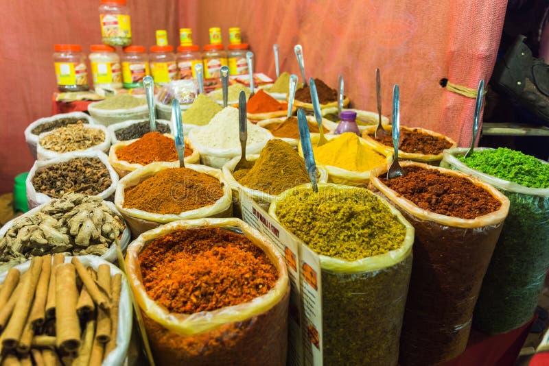 Verkauf von Gewürzen in den Märkten von Indien lizenzfreies stockfoto