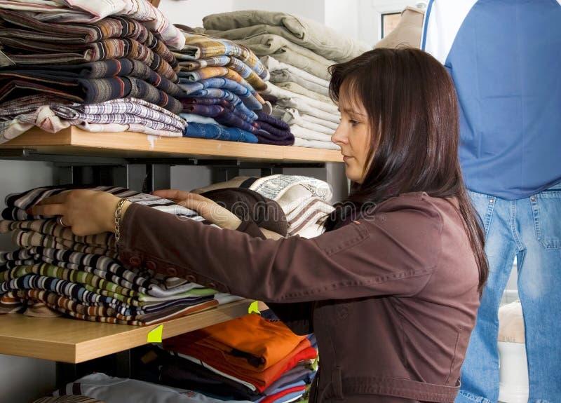 Verkauf von Kleidung stockbilder
