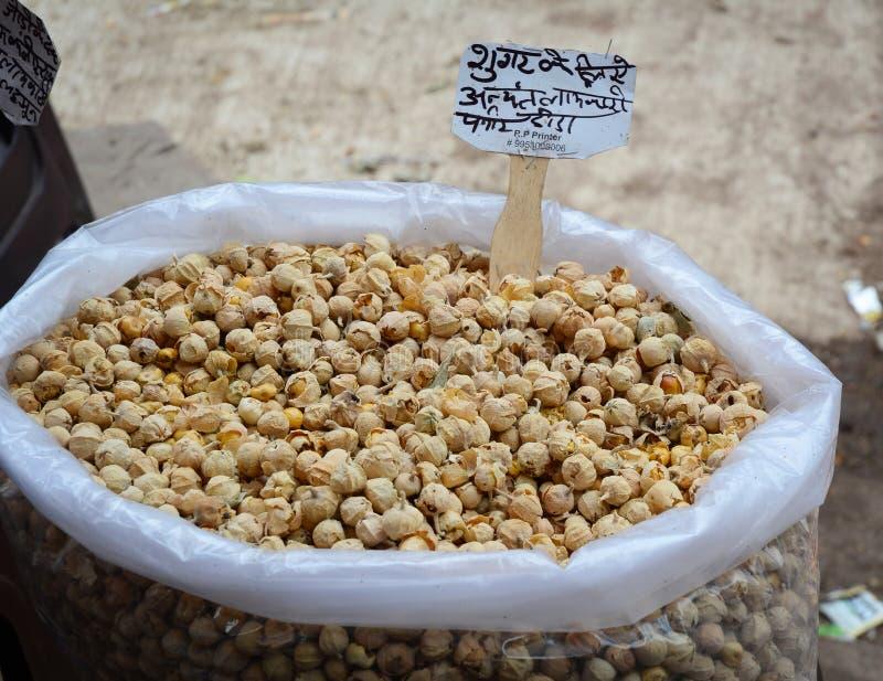 Verkauf von Nüssen und von Trockenfrüchten an einem Basar in Indien lizenzfreies stockfoto