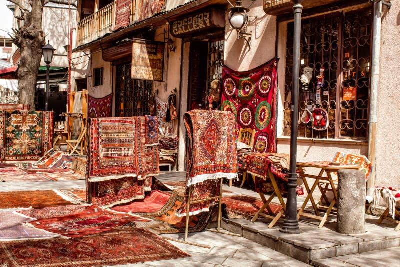 Verkauf von nationalen Teppichen auf den Straßen von Tiflis georgia lizenzfreie stockfotografie