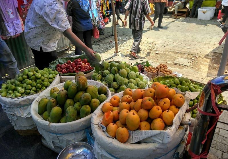 Verkauf von tropischen Früchten stockfoto