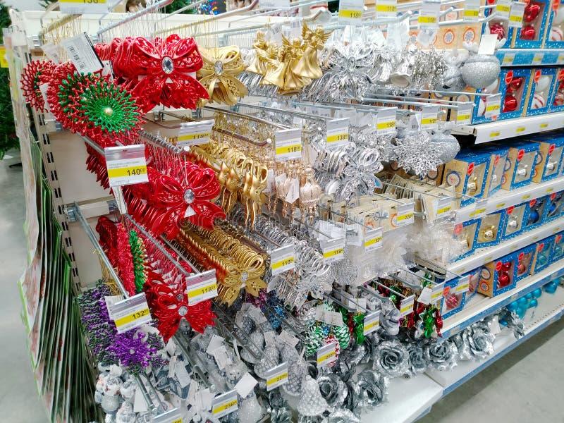 Verkauf von verschiedenen schönen Weihnachtsdekorationen im großen Hauptwarenspeicher Leroy Merlin lizenzfreie stockbilder