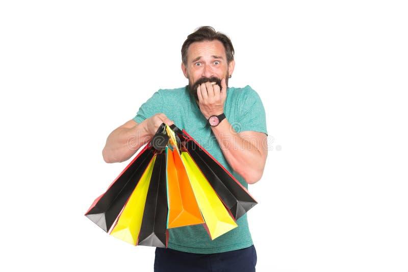Verkaufs- und Rabattkonzept Gut aussehender Mann mit Bart mit Einkaufstasche auf weißem Hintergrund Kerleinkaufen auf Verkaufsjah stockfotografie