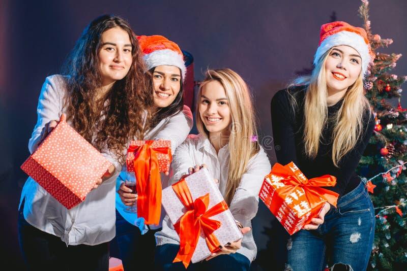 Verkaufs-, Winterurlaub-, Weihnachts- und Leutekonzept lizenzfreies stockbild