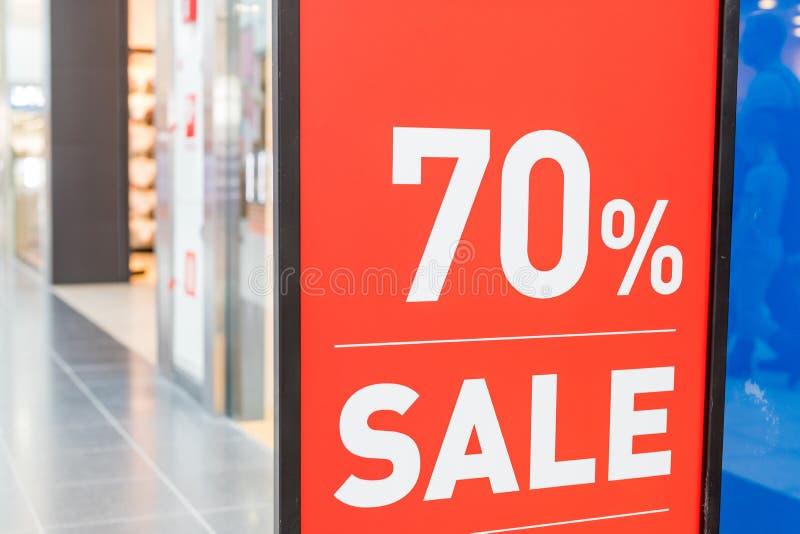 Verkaufsaufkleber, in einem Kleidungsspeicherschaukasten Sommerschlussverkäufe würzen Schild-Sommerschlussverkauf im Shopfenster  lizenzfreie stockfotografie