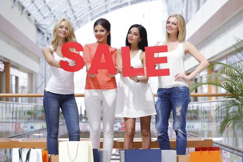 Verkaufskonzept - Hand mit Vergrößerungsglas lizenzfreie stockfotografie