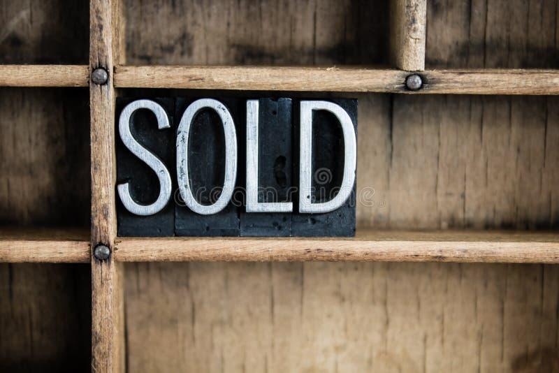 Verkaufskonzept-Metallbriefbeschwerer-Wort im Fach lizenzfreie stockbilder