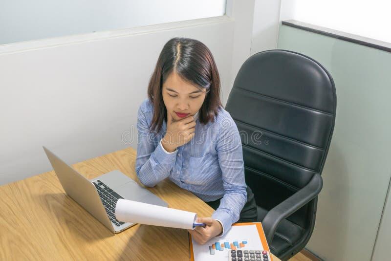 Verkaufsleiter las Finanzdokument und analysiert Finanzzahl lizenzfreie stockfotos