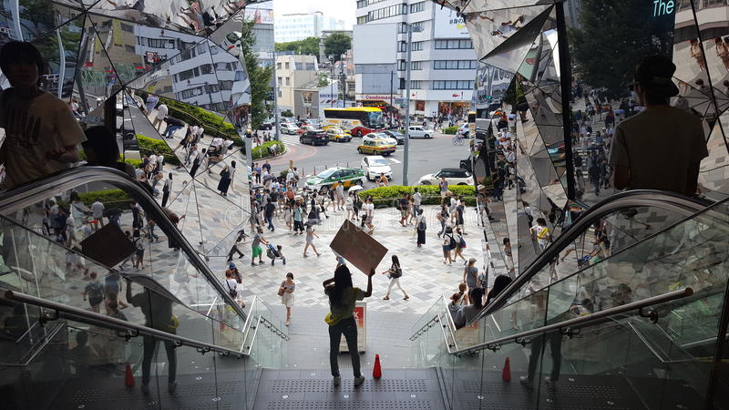 Verkaufsmädchen in Tokyu-Piazza Omotesando-Harajuku lizenzfreie stockfotos