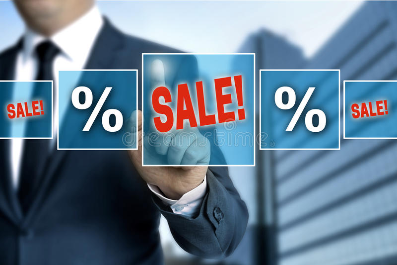 Verkaufsmit berührungseingabe bildschirm wird vom Geschäftsmann bearbeitet lizenzfreies stockfoto