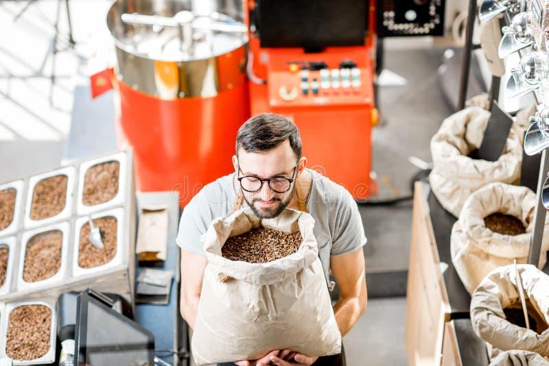 Verkaufsperson im Kaffeespeicher stockbild