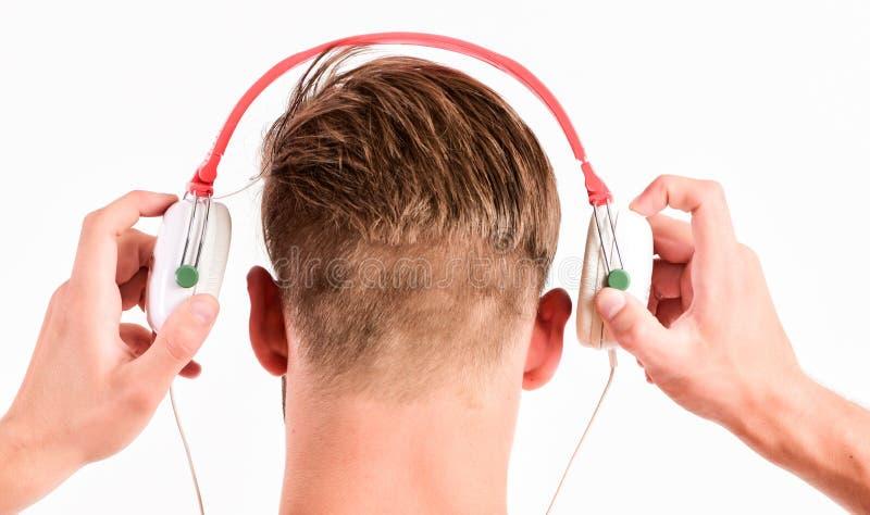 Verkaufsrabatt Der Musik-Kopfhörer des Mannes hörender weißer Hintergrund Moderne Technologie Musikgeschmackkonzept Genießen Sie  stockfotografie