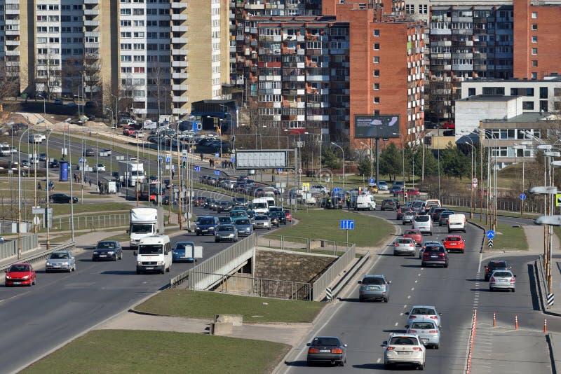 Verkeer, auto's op wegweg in Vilnius royalty-vrije stock fotografie