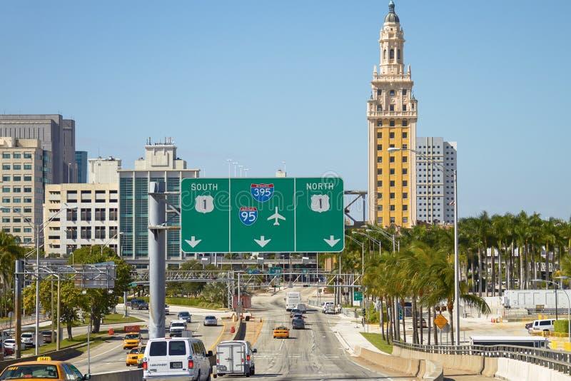 Verkeer bij de Vrijheidstoren en Miami de stad in van Havenboulevard stock fotografie