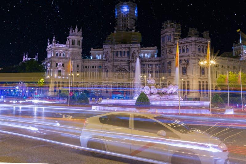 Verkeer bij nacht arround Cibeles Vierkant Madrid, Spanje royalty-vrije stock foto's