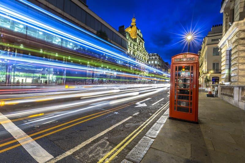 Verkeer bij nacht in Londen royalty-vrije stock afbeelding