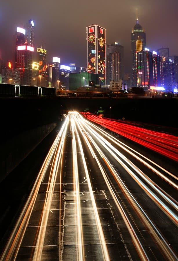 Verkeer bij nacht in stedelijke stad stock afbeeldingen
