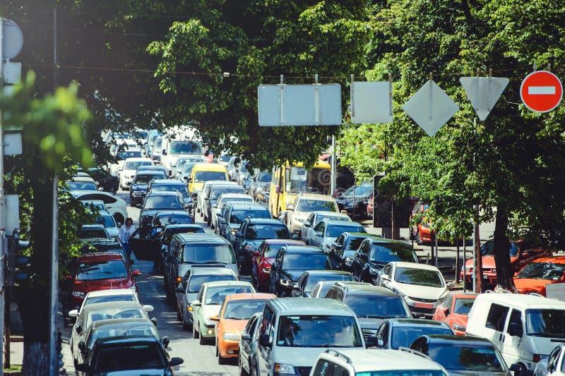 Verkeer, congestie op een stadsweg Een auto met een hoge lading Het probleem van stedelijke infrastructuur royalty-vrije stock afbeelding