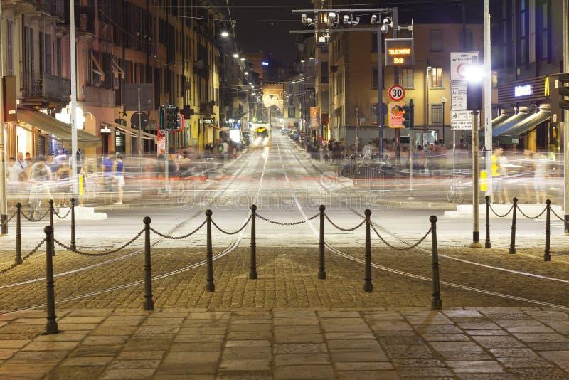 Verkeer, de stad van Milaan, de zomernacht Het beeld van de kleur stock afbeelding