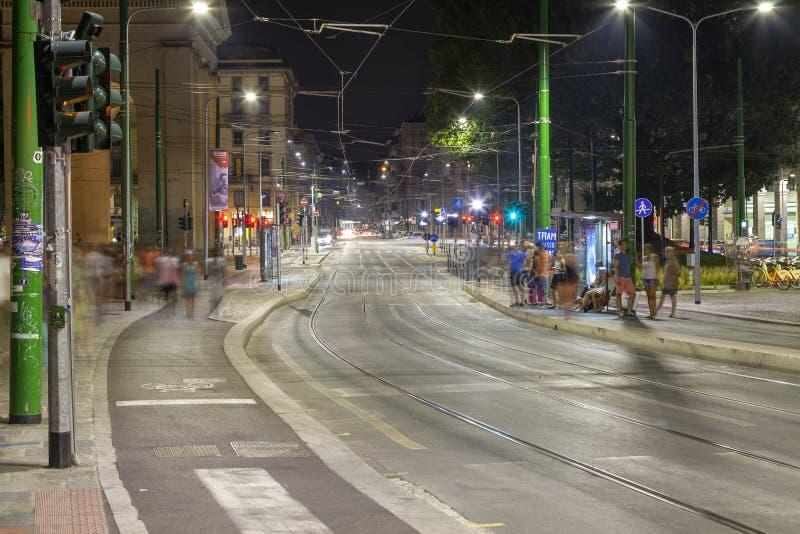 Verkeer, de stad van Milaan, de zomernacht Het beeld van de kleur royalty-vrije stock afbeeldingen