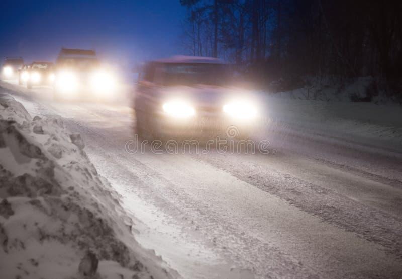Verkeer in de winteravond royalty-vrije stock afbeelding