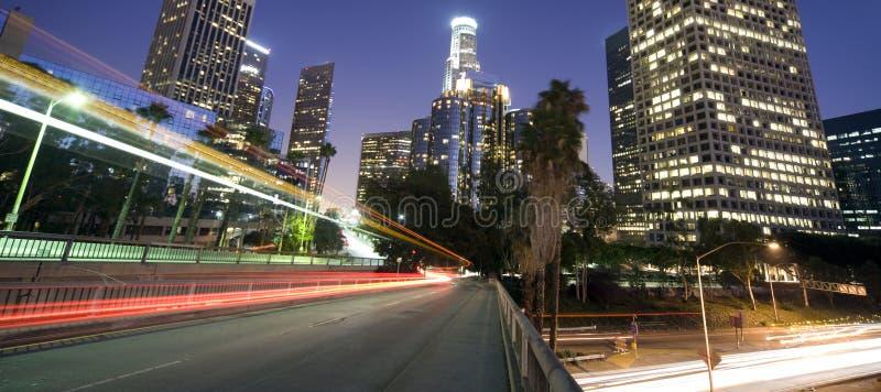 Verkeer door het financiële district van Los Angeles stock foto