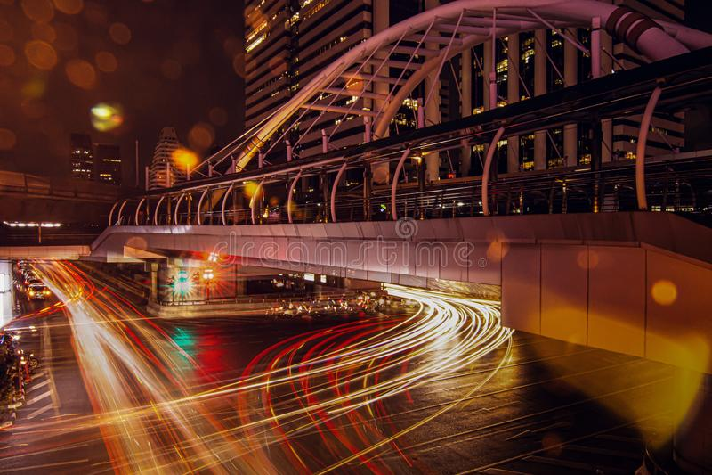 Verkeer en autolichten in de nacht royalty-vrije stock afbeeldingen
