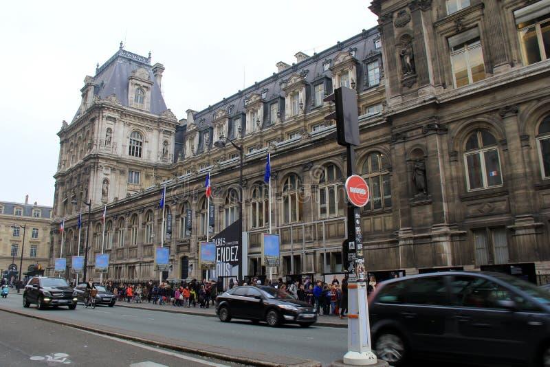 Verkeer en voetgangers voor het Louvre, Parijs, Frankrijk, 2016 royalty-vrije stock fotografie