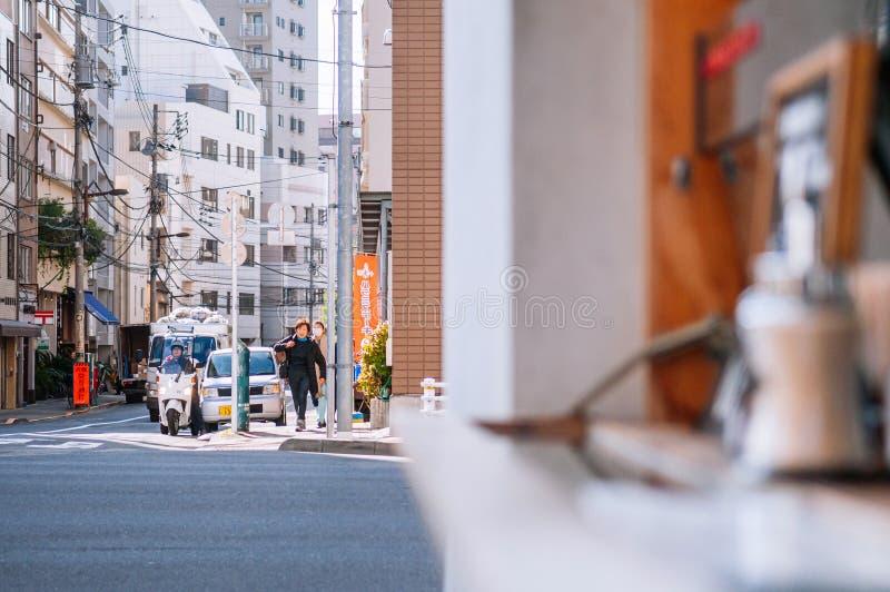 Verkeer en volkeren op kleine straat bij Asakusa-district, Tokyo royalty-vrije stock afbeelding