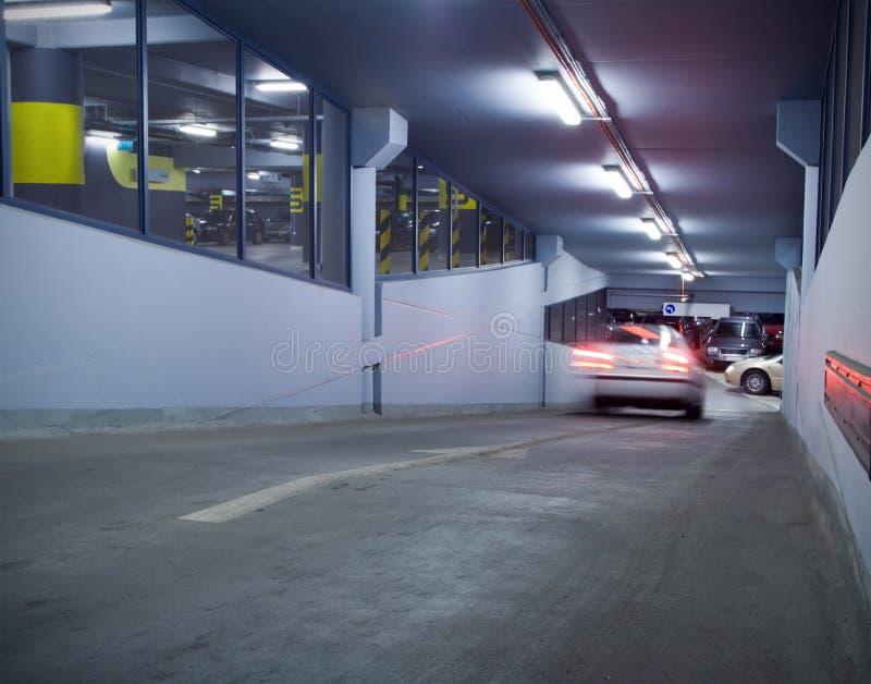Verkeer in ondergrondse parkerengarage royalty-vrije stock afbeelding