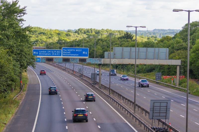 Verkeer op de Britse autosnelweg M5: West Bromwich, Birmingham, het UK stock foto's